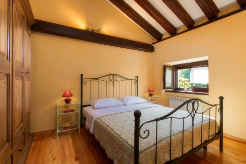 Bedroom decorated in rustic style